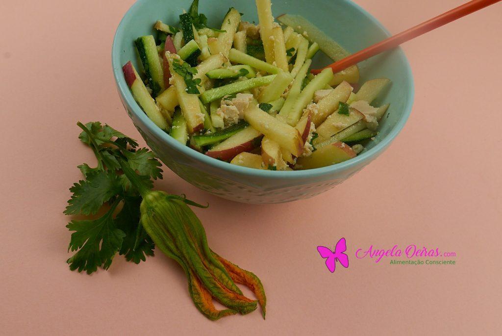 taça com salada de maçã courgete e tofu