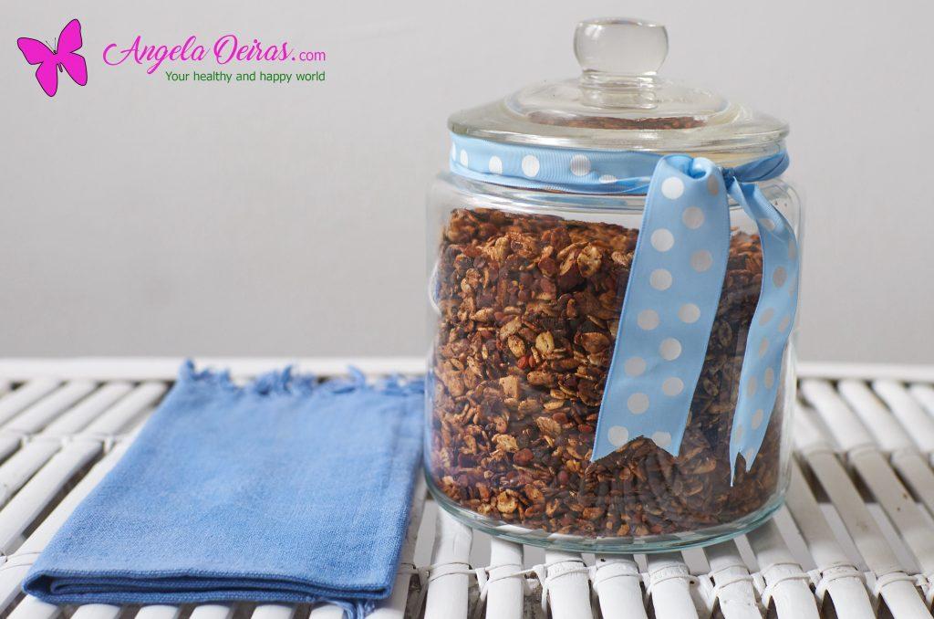 frasco de granola numa mesa com um guardanapo azul
